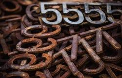 Stosy ośniedziałe metal liczby, listy i Zdjęcie Royalty Free