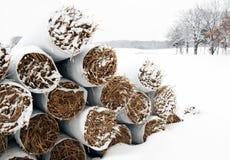stosy słomy objęta śniegu Zdjęcia Royalty Free