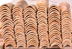 Stosy stare dachowe płytki w wiele rzędach z różną liczbą w jakaś kolumnie Antyczne płytki plamią z pyłem i liszajami zdjęcia stock
