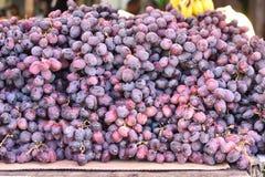 Stosy winogrona w rynku obraz royalty free