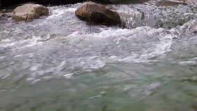 Stounes grandes en el río de la montaña almacen de video