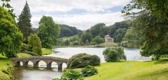 Stourhead庭院桥梁和万神殿 免版税库存图片