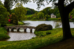 Stourhead dom - most i jezioro Obraz Royalty Free