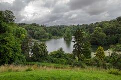 Stourhead sjö, Wiltshire, England arkivbilder