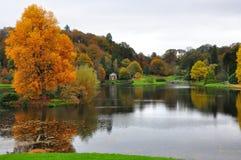 Stourhead trädgård - sjö och Autumn Colours fotografering för bildbyråer
