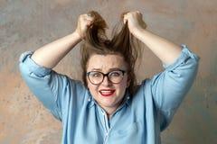 Stoutfrau, die mit Raserei in der Zeitlupe schreit Konzept von Gef?hlen stockfotografie