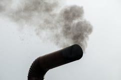 Stovepipe che erutta fumo immagine stock