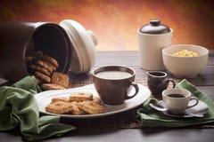 Stoviglie bianche e marroni della prima colazione Immagine Stock