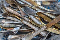Stoviglie d'annata di melchior, raccolta delle forcelle e cucchiai fotografia stock