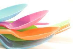 Stoviglie di plastica che consistono del cucchiaio e della forchetta Fotografie Stock