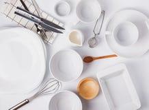 Stoviglie e piatti differenti sui precedenti bianchi, vista superiore fotografia stock libera da diritti