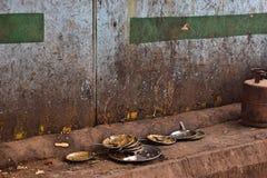 Stoviglie sporche in un ristorante nel centro di Delhi fotografie stock
