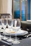 Stoviglie sul tavolo da pranzo Fotografie Stock