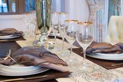 Stoviglie sul tavolo da pranzo Immagine Stock