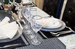 Stoviglie sul tavolo da pranzo Fotografia Stock