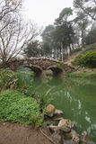 Stow湖石头桥梁和死的树在金州公园,旧金山在一个有雾的冬天早晨 图库摄影