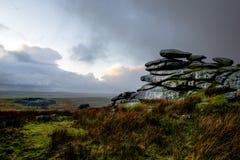 Stowes kulleTor med dyster stormig himmel, skyddsling, Cornwall, UK arkivbilder