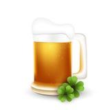 StPatrick有三叶草的啤酒杯 免版税库存照片