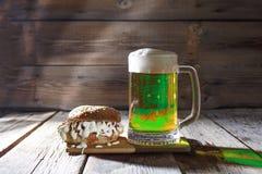 StPatricks Tag, grünes Bier, Becher, Imbiss, Grün, Bar lizenzfreies stockfoto