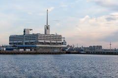 StPETERBURG, RUSLAND - OKTOBER 24: de veerbootprinses Maria wordt vastgelegd bij de meertros in haven van de stad van StPeterburg Royalty-vrije Stock Fotografie