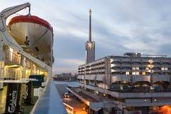 StPETERBURG, RUSLAND - OKTOBER 24: de veerbootprinses Maria wordt vastgelegd bij de meertros in haven van de stad van StPeterburg Stock Foto