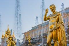 StPetersburg的Peterhof宫殿, Peterhof宫殿最大的fo 免版税库存照片