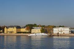StPetersburg,俄罗斯- 2014年10月7日:大学堤防和Menshikov宫殿看法  免版税图库摄影