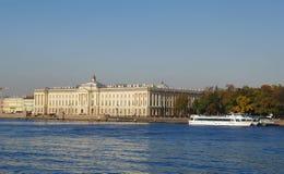 StPetersburg,俄罗斯- 2014年10月7日:观点的艺术的学院 免版税库存照片