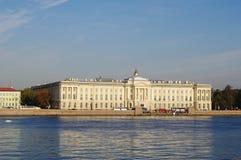 StPetersburg,俄罗斯- 2014年10月7日:从内娃艺术的河学院的看法 图库摄影
