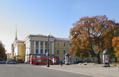 StPetersburg,俄罗斯- 2014年10月7日:Dvortcovaya广场,海军部大厦看法  免版税库存照片