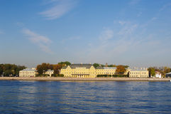 StPetersburg,俄罗斯- 2014年10月7日:Menshikov宫殿看法内娃河的大学堤防的 免版税库存图片