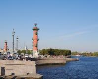 StPetersburg,俄罗斯- 2014年10月7日:Vasilyevsky海岛的花岗岩堤防 库存图片