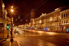 StPetersburg d'or dans la rue principale de nuit Photo stock