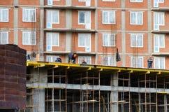 StPetersburg Rosja, Październik - 23,2018: Pracownicy budują kondygnacja dom zdjęcie royalty free