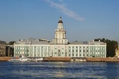 StPetersburg, Russie - 7 octobre 2014 : regardez le bâtiment de Kunstkammer sur la rivière de Neva de remblai d'Universitetskaya Photographie stock