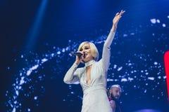 StPetersburg Ryssland, 09 Februari 2018, stor förälskelseshow Populär ryssmusiksångare Polina Gagarina på musiketapp Royaltyfria Bilder