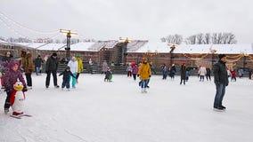 StPetersburg Ryssland - 01jan2019: En folkmassa av folk som åker skridskor på isisbanan på ferierna för nytt år Barn lär att åka  arkivfilmer