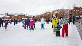 StPetersburg Ryssland - 01jan2019: En folkmassa av folk som åker skridskor på isisbanan på ferierna för nytt år Barn lär att åka  stock video