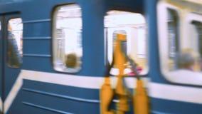 StPetesburg, Ρωσία - 14 Σεπτεμβρίου 2017: Υπόγειο τρένο στην κίνηση ένας υπόγειος σταθμός τρένου Άγιος-Πετρούπολη απόθεμα βίντεο
