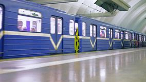 StPetesburg, Ρωσία - 14 Σεπτεμβρίου 2017: Υπόγειο τρένο στην κίνηση ένας υπόγειος σταθμός τρένου Άγιος-Πετρούπολη φιλμ μικρού μήκους