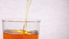 Strömender Whisky zum Glas lokalisiert auf weißem Hintergrund stock video