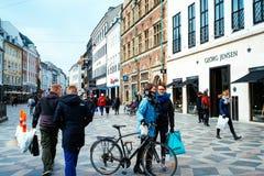 Strøget, la calle peatonal famosa de las compras en Copenhagan Foto de archivo libre de regalías