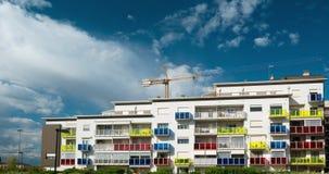 Sträcka på halsen arbete på konstruktionsplatsen av modern bostads- byggnad i Torino, Italien Scenisk tidschackningsperiod med bl stock video