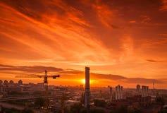 Sträcka på halsen i konstruktionsplatsen under solnedgången arkivbild