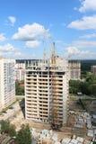 Sträcka på halsen på konstruktionsplatsen med högväxt bostads- byggnad Arkivbild