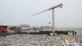 Sträcka på halsen på konstruktionsplatsen som stoppas under ett snöfall lager videofilmer