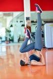 Sträcka pilates övar i konditionstudio Royaltyfri Fotografi