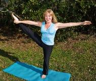 sträcker mogna pilates för ben kvinnan Royaltyfria Foton