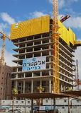 sträcker på halsen den blanka byggnadskopian för annonseringen din text två för avstånd för skyskrapan för ställematerial till by Arkivfoto
