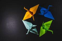 Sträcker på halsen origami som komponeras av papper av olika färger Kranar är Arkivfoton